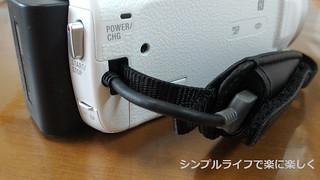 ビデオカメラ、内蔵USBケーブル収納時