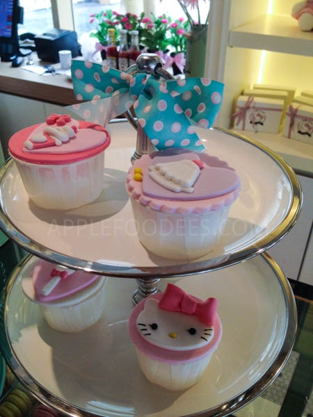 hello-kitty-cafe-cup-cakes