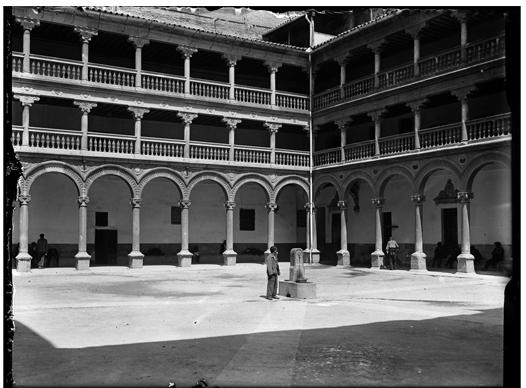 Patio de San Pedro Mártir en Toledo hacia 1920. Fotografía de Enrique Guinea Maquíbar © Archivo Municipal de Vitoria-Gasteiz