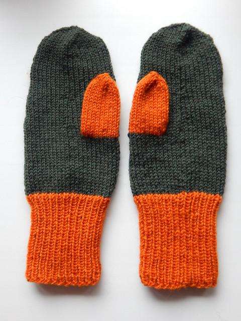 зелёные варежки с оранжевым пальцем | Хорошо.Громко.