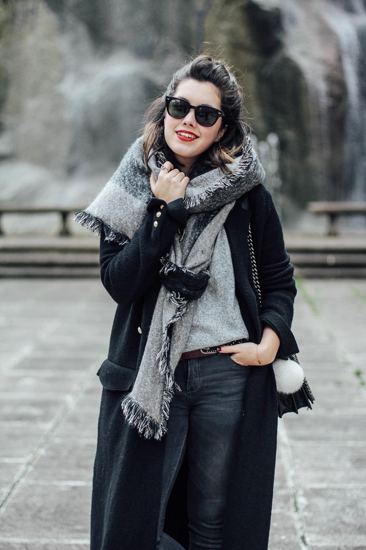 look con maxi abrigo negro y maxi bufanda gris de c&a myblueberrynightsblog