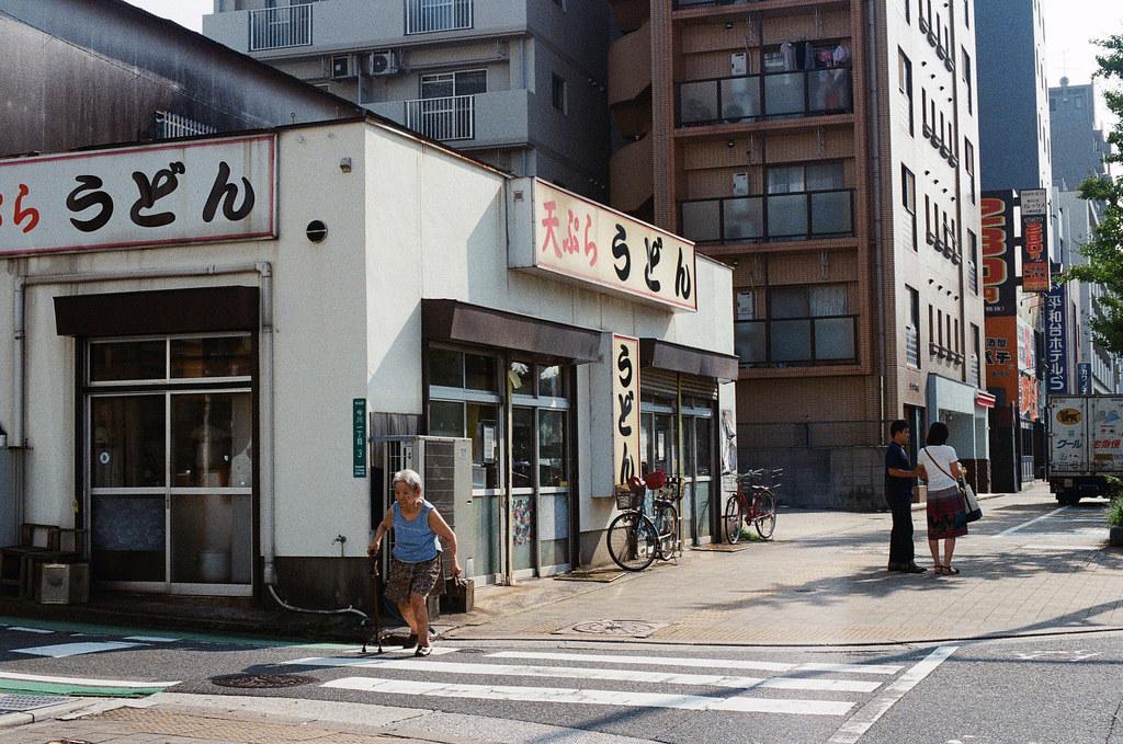 唐人町 福岡 Fukuoka 2015/09/04 這間店我找很久,去年晚上去完福岡塔後搭公車在這附近下車,我那時候肚子很餓進去吃,還有點飯糰。這是這次找好久,原來他其實就在唐人町地鐵旁邊。結果我那天在旁邊的 7-11 吃完飯團出來才看到,要不然應該會再進去吃一次,可惜 ...  Nikon FM2 / 50mm Kodak UltraMax ISO400 Photo by Toomore
