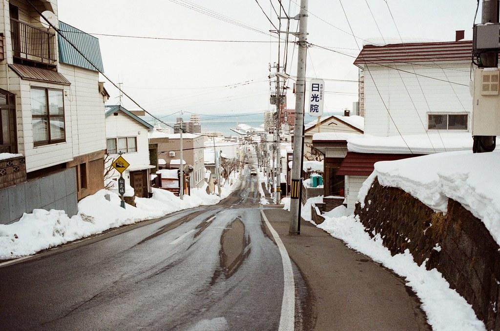 船見坂 小樽 Otaru, Japan / Kodak ColorPlus / Nikon FM2 船見坂地上的水漬是雪開始融化的跡象。  不過在融雪的時候是最冷的,因為固體的冰在轉換成換成液態的水時是吸熱狀態,所以會變冷!  Nikon FM2 Nikon AI AF Nikkor 35mm F/2D Kodak ColorPlus ISO200 8269-0014 2016-02-02 Photo by Toomore