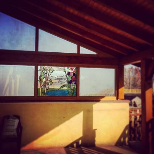 Vitrail inséré en double vitrage posé dans une grande baie vitrée #vitrail #vitraux #baie #vitrée #vitrerie
