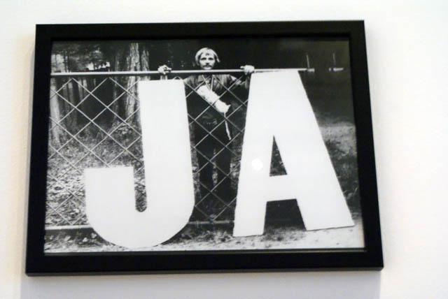 """Musée Zacheta à Varsovie : """"Ja"""" = """"Moi"""" avec un homme derrière la grille."""