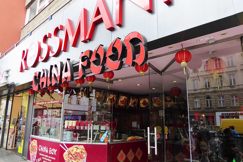 Straßenszene in Berlin-Wedding Rossmann China-Food