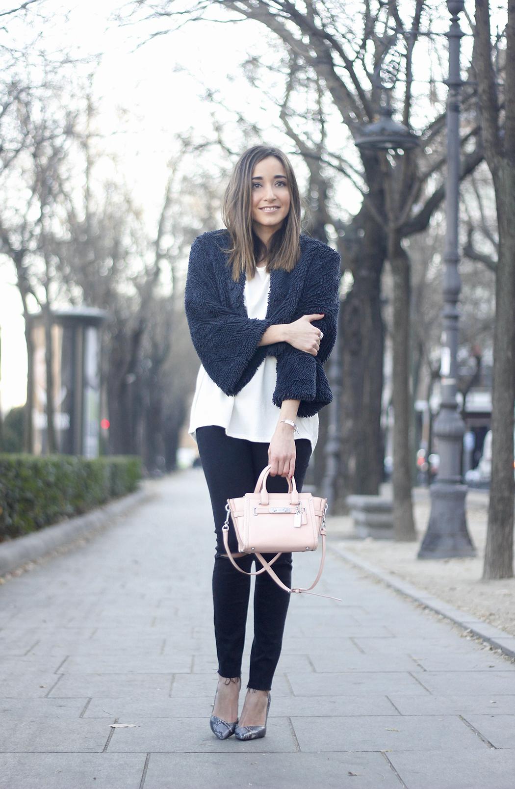 black jeans, coach bag, outfit, style, heels, white t-shirt, Fur Effect Jacket, uterqüe06