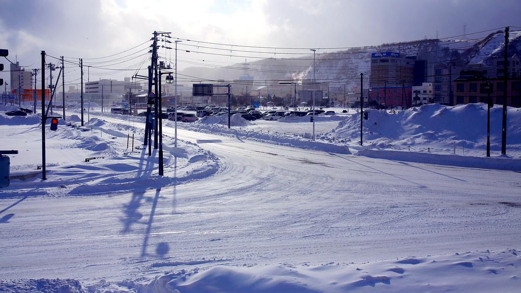 稚內 Wakkanai, Japan / Sigma 35mm / Canon 6D 北國的天氣很奇怪,一下子下大雪、一下子出太陽,我都不知道該怎麼辦的時候天氣又變了!  之前還沒來北海道的時候,一直以為下雪的地方不會有太陽,這不知道是哪裡來的沒邏輯的常識。  那時候大雪剛結束,回頭看到路口乾乾淨淨的,好喜歡這樣街道無人的狀態,以路燈為畫面的主角拍一張!  後來我就跑回住的地方,因為無法在下雪的地方換其他相機的底片,或許下次再去下雪的地方專門練習一下!  Canon 6D Sigma 35mm F1.4 DG HSM Art IMG_6757_16x9 2017/01/24 Photo by Toomore