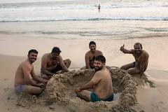 Nieco więksi chłopcy podczas budowy zamku