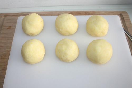 31 - Klöße formen / Shape dumplings