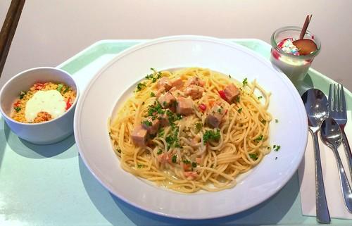 Diced salmon in white wine sauce with spaghetti / Lachswürfel in Weißweinsauce mit Spaghetti