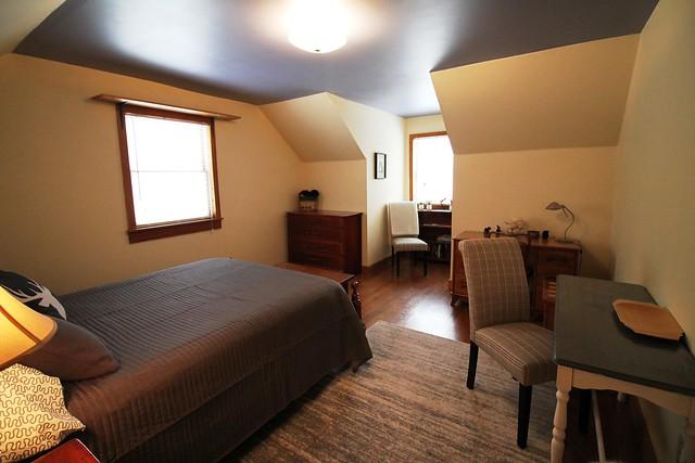Queen bedroom with sitting area;