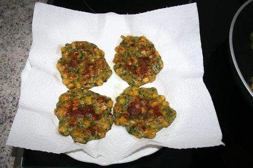 46 - Polentataler auf Küchenpapier abtropfen lassen / Drain polenta pancakes on kitchen paper