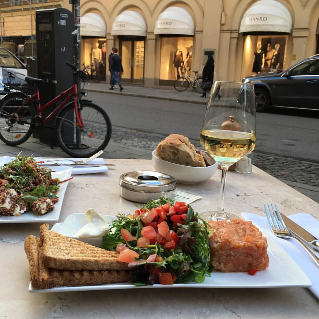 У нас стоит такая замечательная осень, что даже в ноябре можно обедать на улице