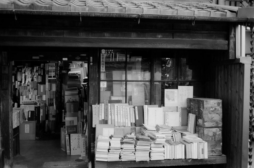舊書店 京都 Kyoto 2015/09/29 這間舊書店是在本能寺對面,每次經過的時候都會看看店裡面。這卷黑白底片是這趟旅途第一卷黑白底片,所以經過這裡的時候特別提醒自己要記得拍一張。  在我要拍的時候店裡面走出來了一群人,好像是老闆的朋友之類的。  Nikon FM2 Nikon AI AF Nikkor 35mm F/2D Kodak 100TMax 1273-0004 Photo by Toomore
