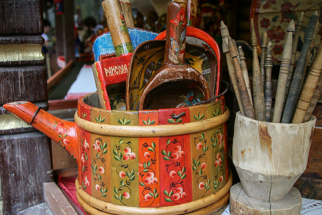 Antique wooden folk crafts shop in Izmailovsky flea market, Moscow, Russia モスクワ、ヴェルニサージュ(蚤の市)のアンティーク民芸屋さん