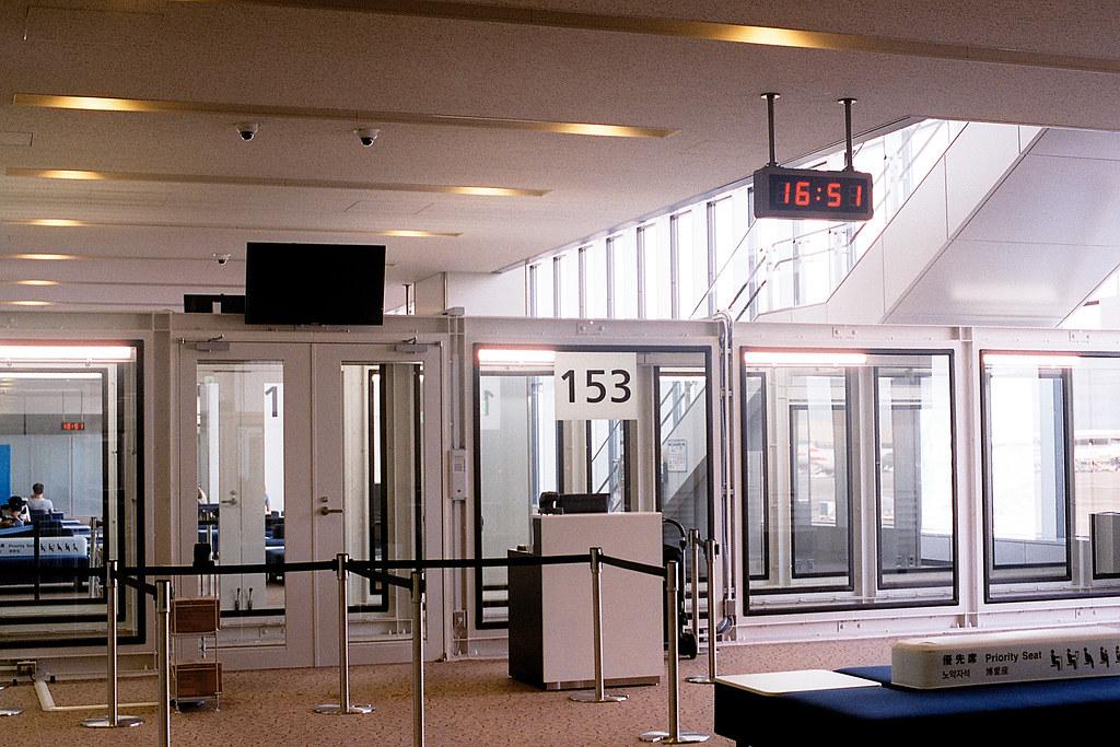 """登機口 成田機場 Narita 第三航站 2015/08/11 登機口,準備結束回台灣 ...  Nikon FM2 / 50mm FUJI X-TRA ISO400  <a href=""""http://blog.toomore.net/2015/08/blog-post.html"""" rel=""""noreferrer nofollow"""">blog.toomore.net/2015/08/blog-post.html</a> Photo by Toomore"""