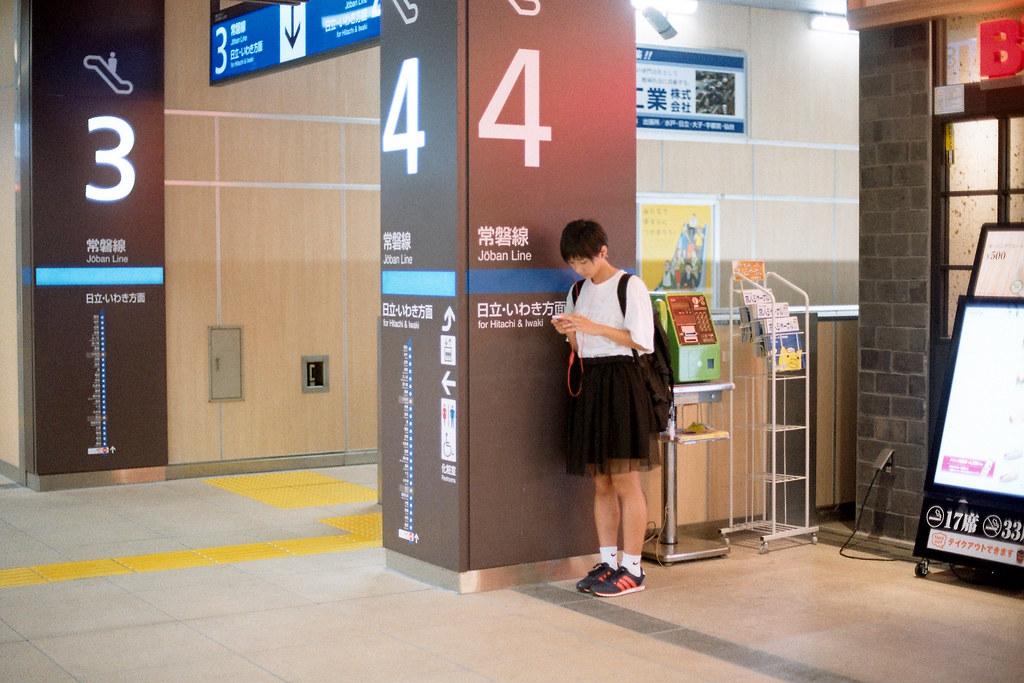 "Mito Station (水戸駅, Mito-eki) 2015/08/06 去日本流浪的第二天,在水戶車站看到一個似曾相似的錯覺,後來我有鼓起勇氣詢問她是否可以拍一張她的正面,雖然她很不解一直說著「なにこれ nanikore」,但還是讓我拍一張。  Nikon FM2 / 50mm Kodak ColorPlus ISO200  <a href=""http://blog.toomore.net/2015/08/blog-post.html"" rel=""noreferrer nofollow"">blog.toomore.net/2015/08/blog-post.html</a> Photo by Toomore"