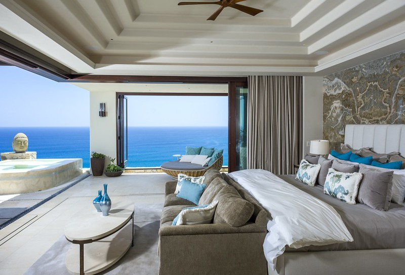Шикарная спальня с видом на Тихий океан