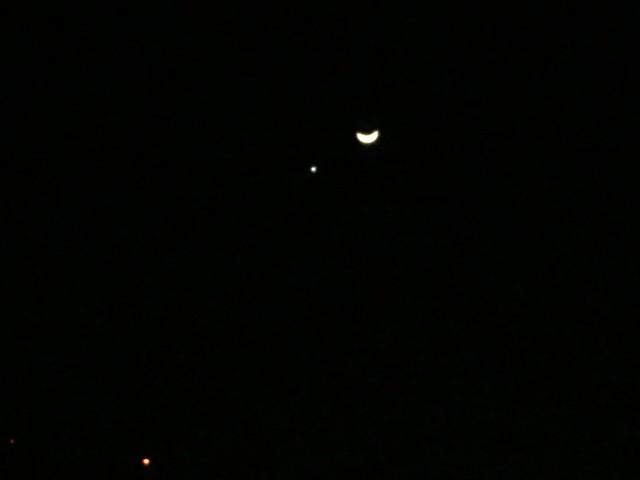 手機好難拍成功的金星伴月XD