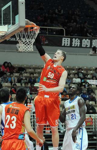 台灣大奈維爾的這記灌籃幫助隊友吳永仁達成生涯一千次助攻
