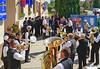 Ständchen der Blaskapelle vor dem Gemeindehaus. Im Hintergrund als Ehrengäste die Feuerwehrleute aus Kraichgau, sie haben auch Feuerwehrausrüstungen mitgebracht. Foto: Cornel Gruber