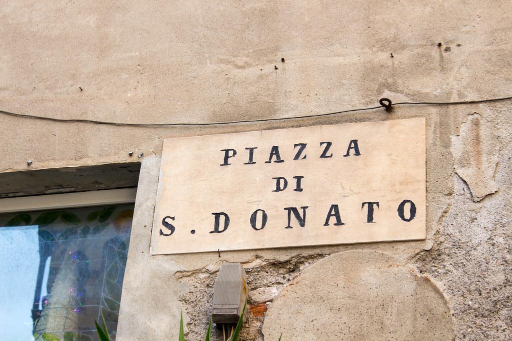 Генуя - Подписи площадей и улиц в стиле самих зданий