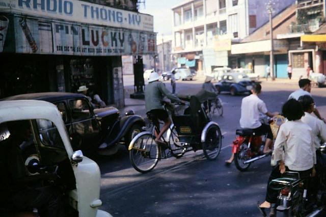 SAIGON 1967-68 - Photo by ARCHIE GORDON - Góc ngã tư Phan Thanh Giản-Đinh Tiên Hoàng Dakao