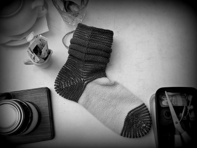 связанный носок, чёрно-белое фото | ХорошоГромко.ру