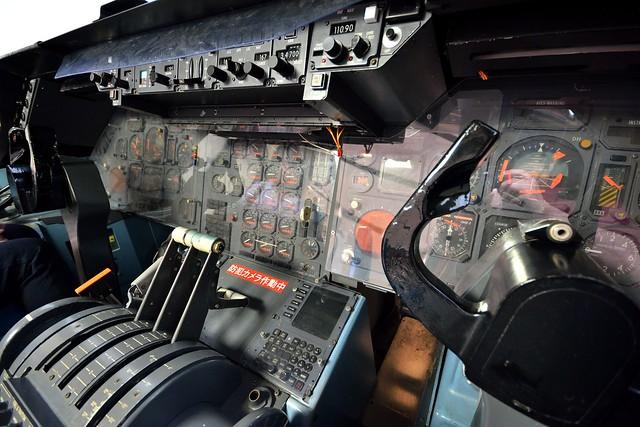 整備工場にあるフライトシュミレータの写真