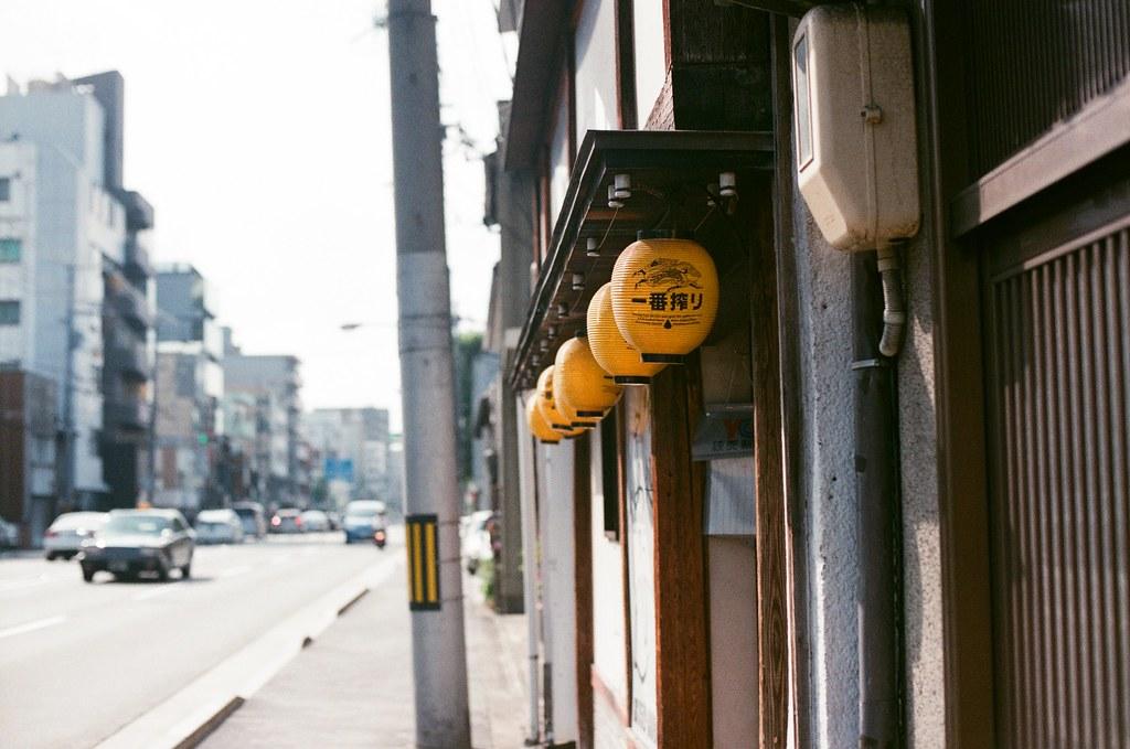 京都 Kyoto 2015/09/23 從西本願寺沿路走到梅小路公園,路上的景色。看的我好想喝一杯!  Nikon FM2 Nikon AI Nikkor 50mm f/1.4S AGFA VISTAPlus ISO400 0947-0014 Photo by Toomore