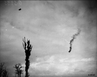 A German plane successful in bringing down an observation balloon, east of Arras, September 1918 / Un avion allemand ayant réussi à descendre un ballon d'observation, à l'est d'Arras, septembre 1918