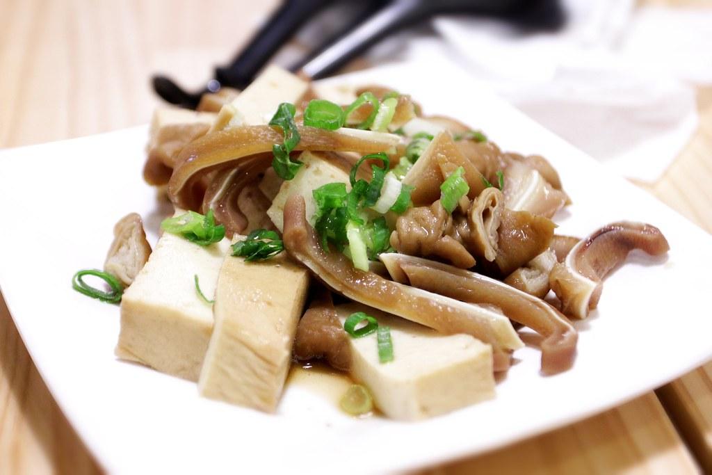 小菜,這一盤80,大概都是點貴的關係...(豬耳朵,大腸頭,豆腐)