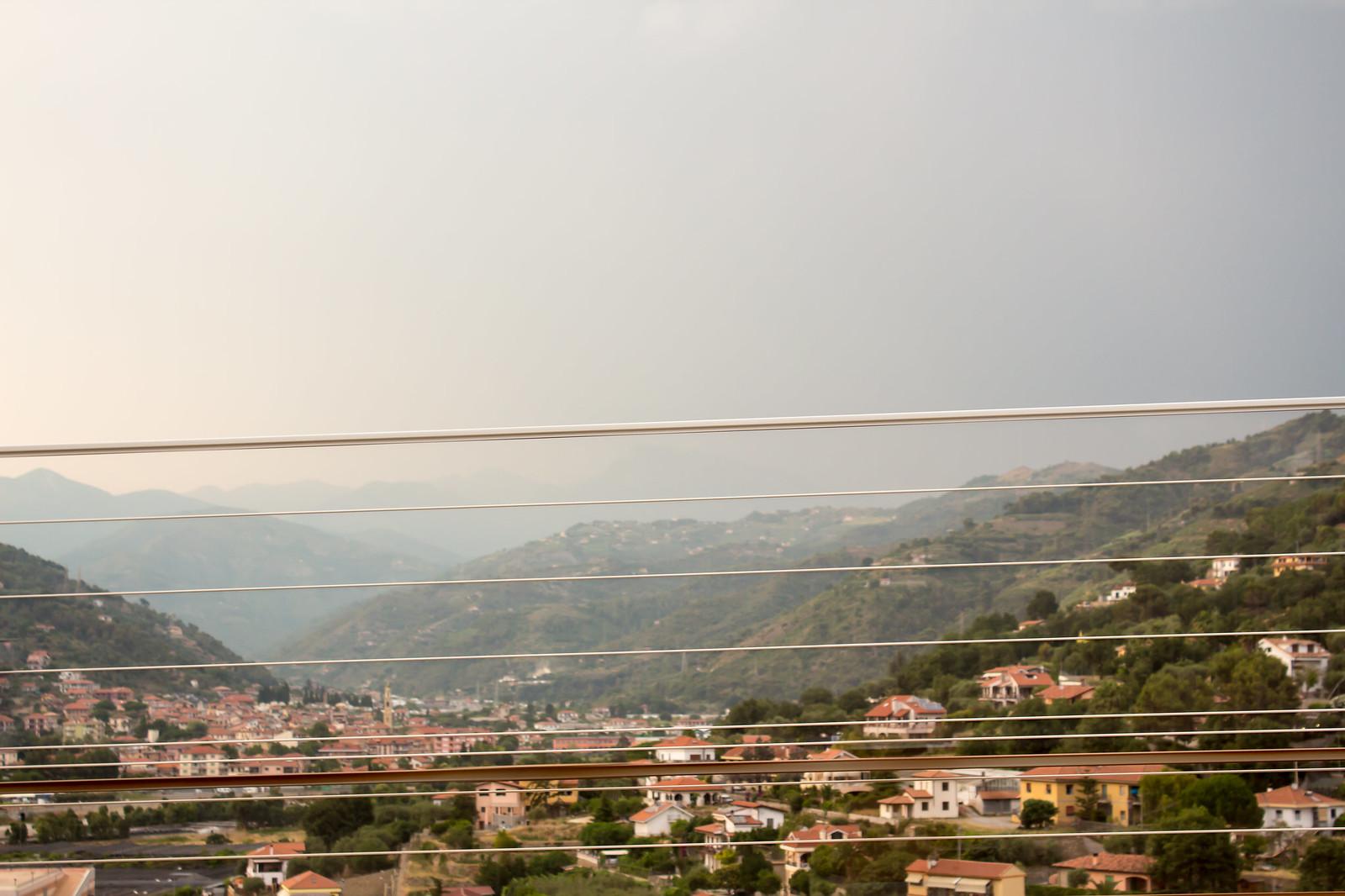 Лигурийское побережье Италии из окна автомобиля