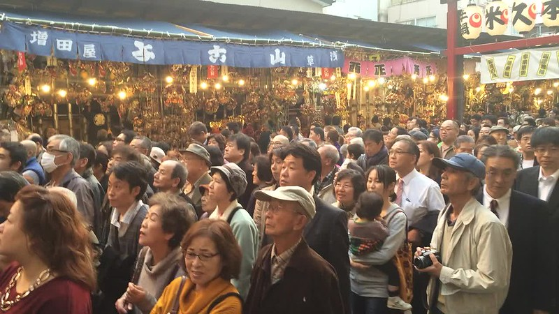 People waiting to ring the bell at Tori-no-ichi Festival.