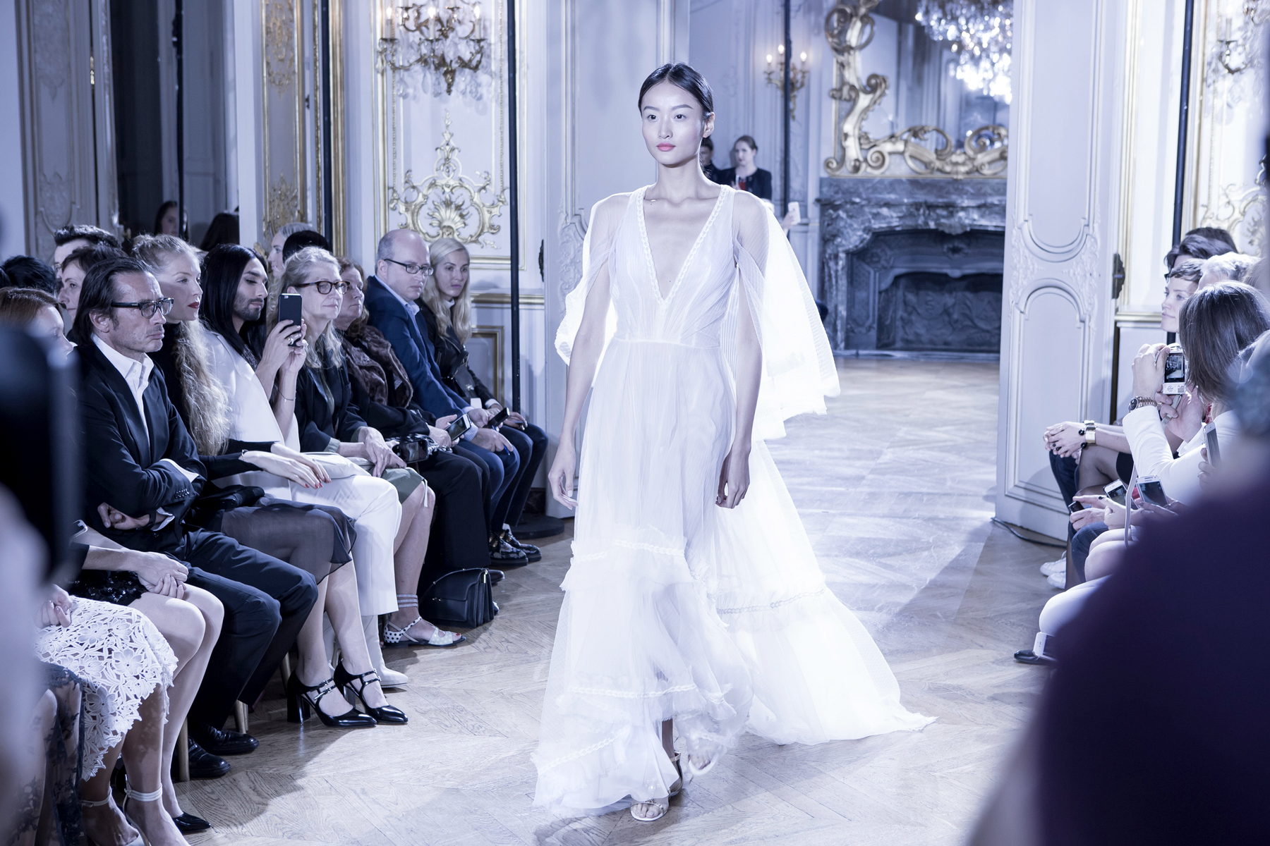 kaviar gauche s/s 2016 paris fashion week pfw presentation bridal dresses white makeup catrice cosmetics brautmode fashionblogger ricarda schernus cats & dogs blog 2