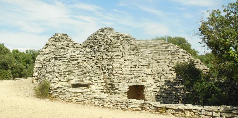 face au Luberon, le village des Bories