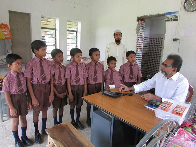 Abdar_rahman_talking_to_the_orphanage_students