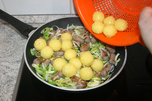 22 - Knödel in Pfanne geben / Add dumplings