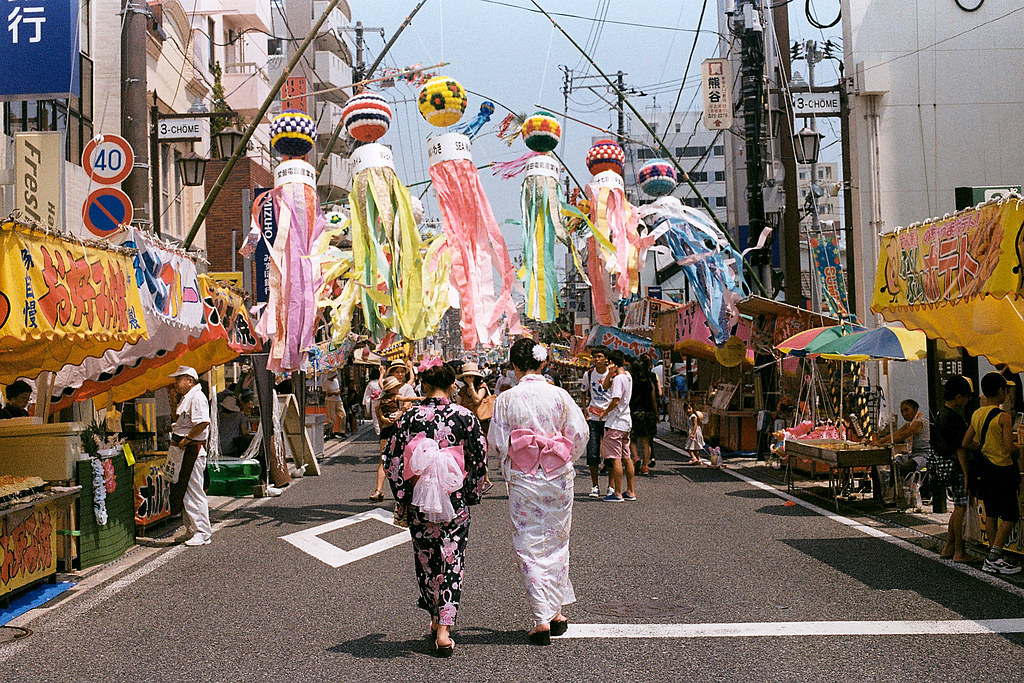 "七夕祭 Iwaki (いわき市 Iwaki-shi), Fukushima 2015/08/06 七夕祭、浴衣、彩球  Nikon FM2 / 50mm Kodak ColorPlus ISO200  <a href=""http://blog.toomore.net/2015/08/blog-post.html"" rel=""noreferrer nofollow"">blog.toomore.net/2015/08/blog-post.html</a> Photo by Toomore"