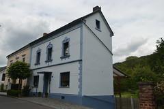 Weiß-blaues Haus in Oberkassel