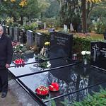 Die Familie Muttar vor dem Grab ihrer Angehörigen in unmittelbarer Nähe des Denkmals