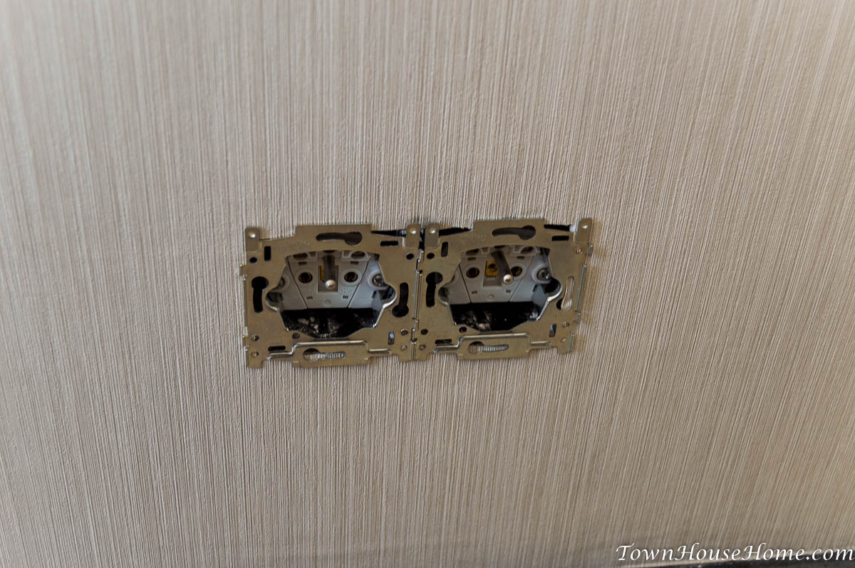 Double outlet frame