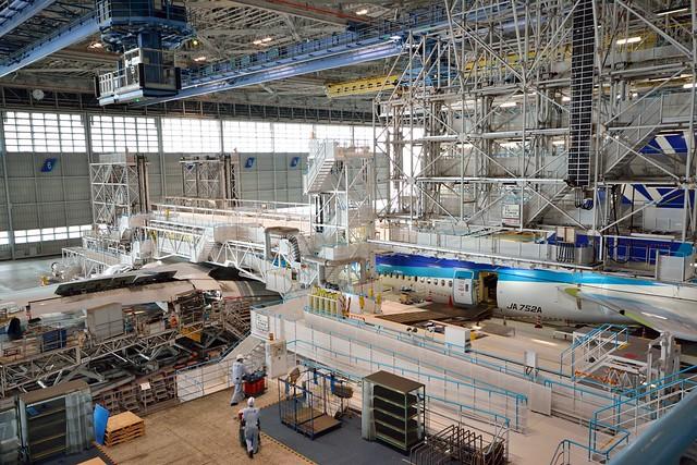 整備工場で整備される飛行機の写真