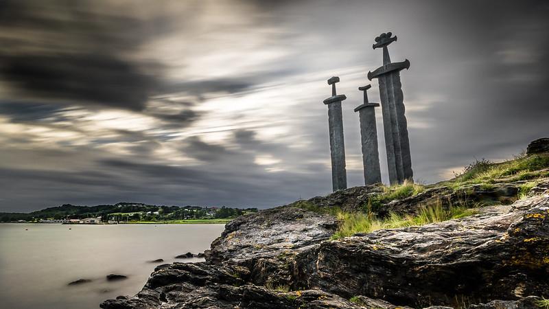 Fotografía de las 3 espadas en la roca, en recuerdo de la épica batalla de Hafrsfjord