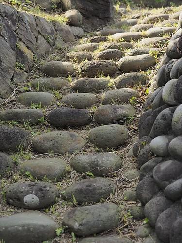 丸い石の石段
