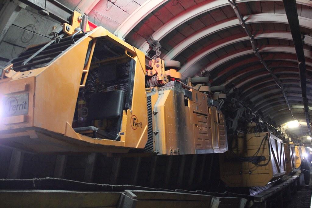 Дизелевоз перемещает контейнеры по подвесной монорельсовой дороге