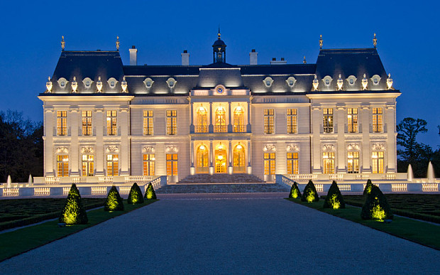 Современный дворец в Париже