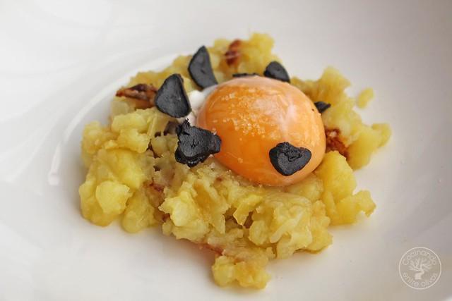 Yema confitada con ajo negro y patatas rotas www.cocinandoentreolivos.com (17)