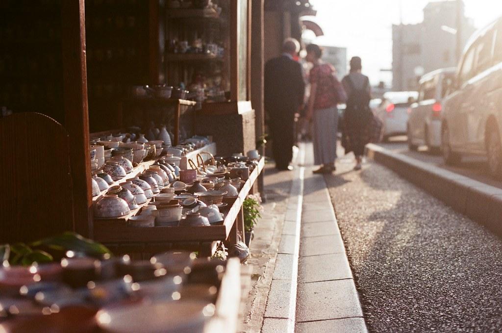 黃昏 陶瓷 清水寺 京都 Kyoto 2015/09/23 因為住的地方就在清水寺下面,放完行李後,就帶著相機慢慢走上去清水寺。那時候太陽快下山了,所以巷弄間都可以看到這樣陽光斜映的景。路上有一間賣瓷碗的店,我就這樣蹲下來拍了一張。  然後又繼續往上走!  Nikon FM2 Nikon AI Nikkor 50mm f/1.4S AGFA VISTAPlus ISO400 0948-0002 Photo by Toomore